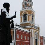Вид на памятник митрополиту Платону и монастырскую колокольню. Вифанский монастырь