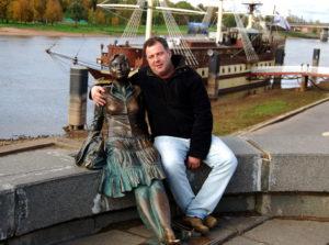 Памятник туристке. Великий Новгород